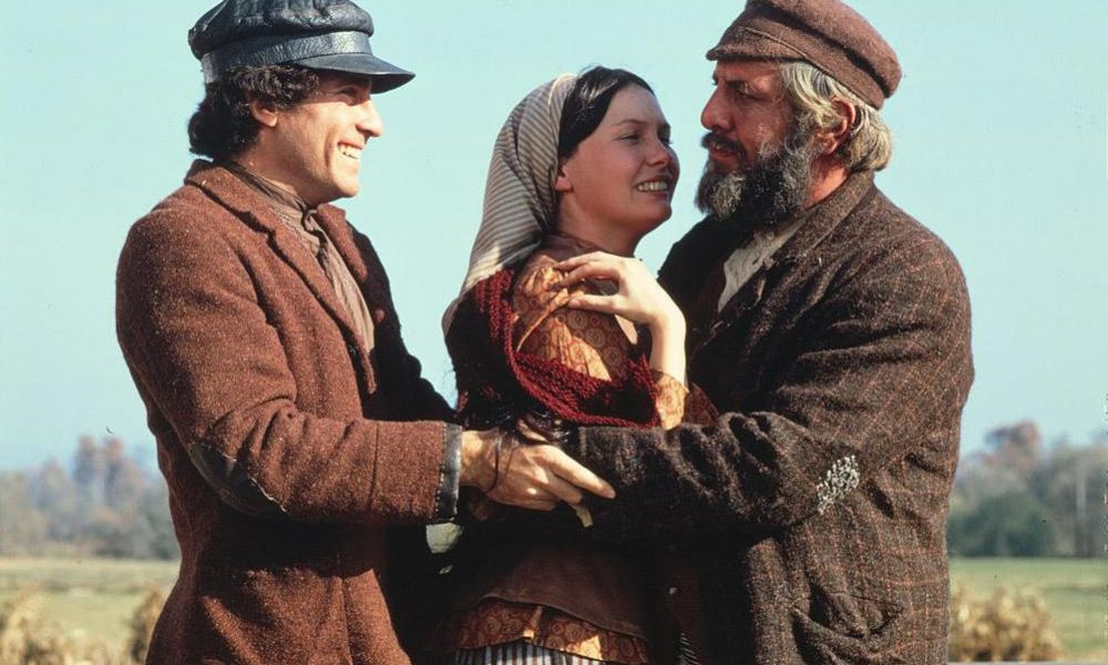 who played the fiddler in fiddler on the roof